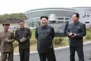 新設されたrロケット打ち上げセンター「衛星管制総合指揮所」を指導する金正恩氏/2015年5月3日付労働新聞より