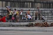 大同江の河原で働く人々(本文とは関係ありません) ©Roman Harak