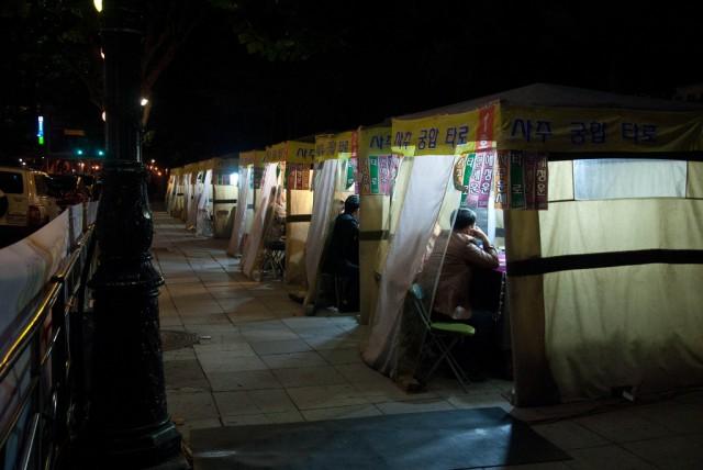 占い師のテントが立ち並ぶソウルの通り(本文とは関係ありません)©theaucitron