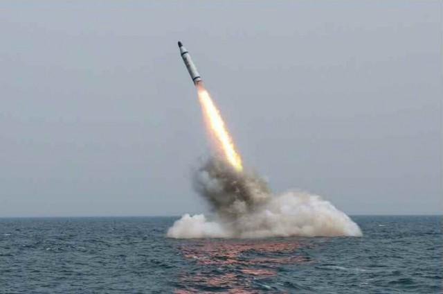 潜水艦発射型弾道ミサイルの試射の様子/2015年5月9日付労働新聞より