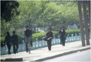木製銃を持って歩く人民保衛隊の女性隊員たち