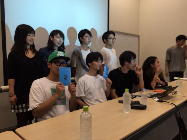 記者会見に臨んだSEALDsのメンバー