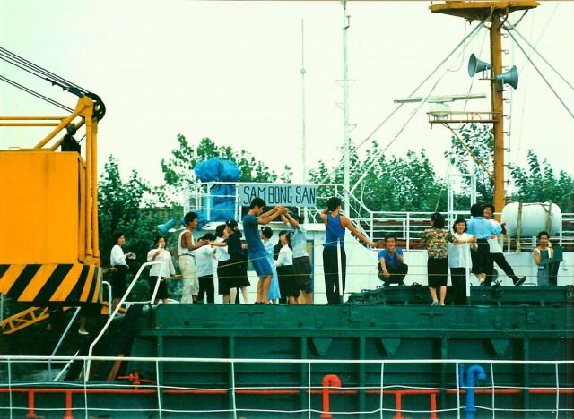 浪頭港のある丹東の対岸で踊りに興じる北朝鮮の人たち(画像:jonprc)