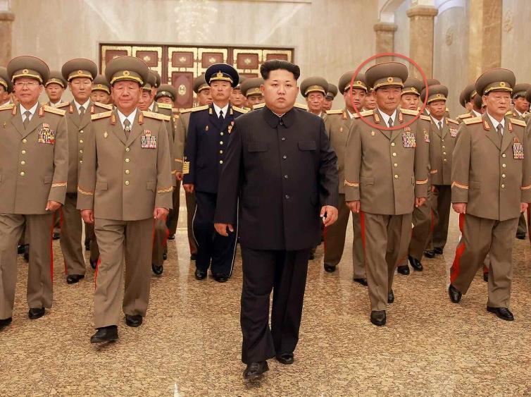 赤い丸で囲った人物が朴永植人民武力部長(2015年7月8日付労働新聞より)