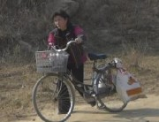 自転車で商品を運ぶ女性