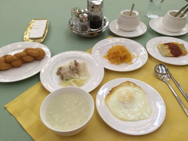 北朝鮮の外国人用ホテルで出される朝食の一例。あっさりしていて日本人には概ね好評だが、中国人には物足りないかもしれない。
