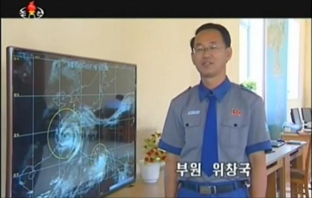 朝鮮中央テレビに出演して台風警報を伝える北朝鮮気象水分局の予報官。(画像:朝鮮中央テレビキャプチャー)