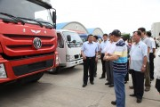 中国と北朝鮮が合弁で設立したトラック工場を視察する中国の李進軍駐朝鮮大使。(画像:駐朝中国大使館ホームページ)