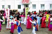北朝鮮の選挙で、投票所の前で踊る芸術宣伝隊(朝鮮中央通信)