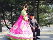 結婚写真を撮る北朝鮮の新婚夫婦(資料写真)