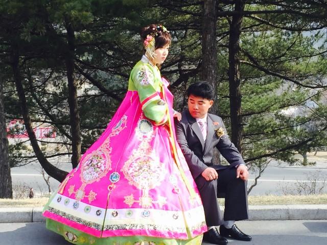 結婚写真を撮る夫婦