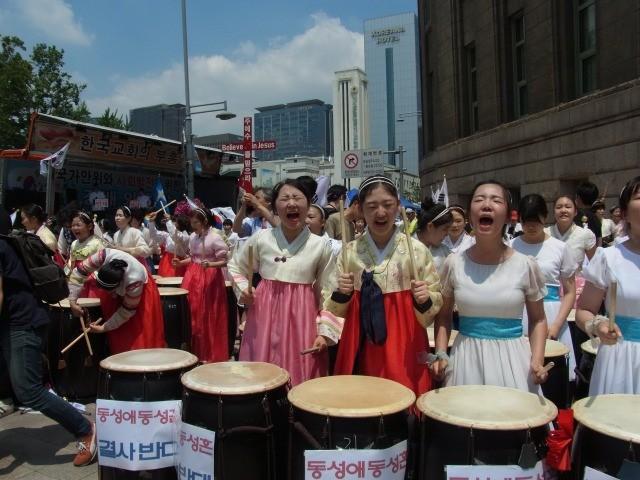太鼓を打ち鳴らし、絶叫するプロテスタント系団体関係者の少女たち。(撮影:筆者)