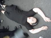 「同性愛で国が滅びる!」などと叫びながら道に横たわりパレードを阻止しようとする女性。この後、女性警官によりあっという間に排除された。(画像:筆者提供)