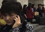 携帯で通話する北朝鮮人