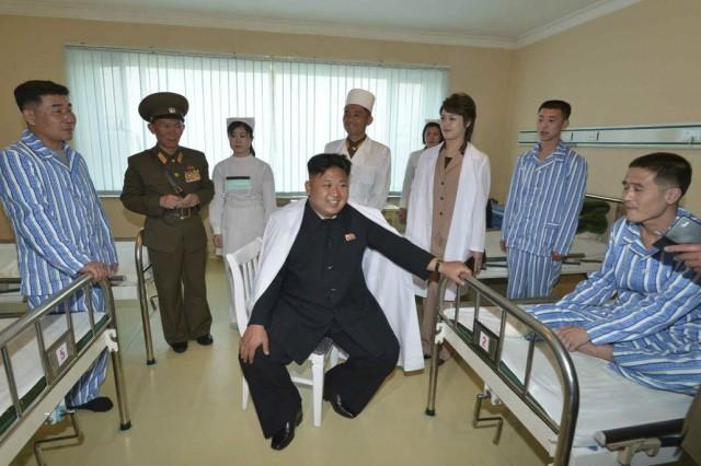 李雪主夫人と大城山病院を訪れた金正恩氏