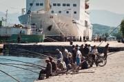 元山港に停泊する万景峰号のそばで釣りに興じる人々(画像:Jen Morgan)