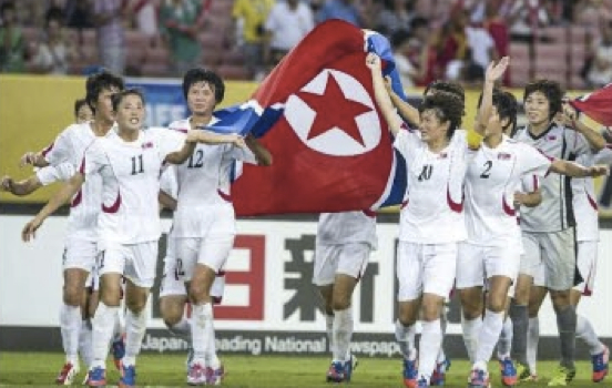 東アジアカップで2連覇を達成しビクトリーランをする北朝鮮女子サッカー代表/2015年8月9日付労働新聞より