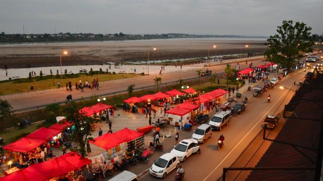 ラオスの首都ビエンチャン。メコン川の向かいはタイのノンカイ県(画像:Erwan Deverre)