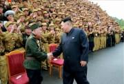 第4回全国老兵大会に参加した老兵と握手する金正恩氏(画像:朝鮮中央テレビキャプチャー)