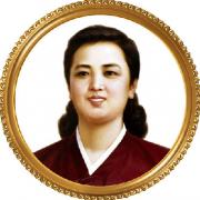 えんじ色のチマ・チョゴリを着ている金正淑氏の肖像画