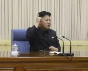 2014年4月26日に開催されあた朝鮮労働党軍事委員会拡大会議で指導する金正恩氏/2014年4月27日付労働新聞