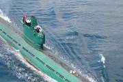 北朝鮮が保有する旧式のロメオ級潜水艦。セイル上に金正恩氏の姿が見える(参考写真)