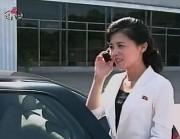 携帯電話を使う北朝鮮の女性(朝鮮中央テレビより)