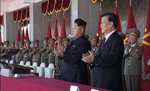 壇上で軍事パレードを見る金正恩氏と中国共産党序列5位の劉雲山氏(右)/朝鮮中央テレビよりキャプチャー