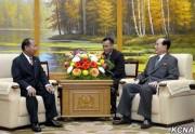 28日、訪朝したラオスのソムケウ・シラウォン治安維持相と会見する金永南氏