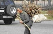 薪を背負って運ぶ老人