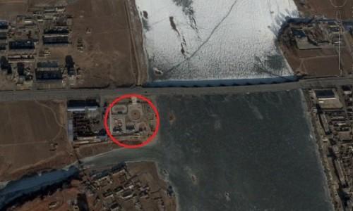 現在レジャー施設が建設されている順川市内の土地。隣の青い屋根は縫製工場とピザ屋だ。(画像:Google Earth)