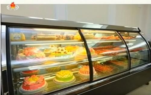 金カップ体育人総合食料工場で作られたケーキの数々(画像:朝鮮中央テレビキャプチャー)