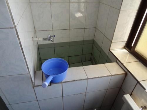 北朝鮮の公衆トイレにある、水を溜めておくところ。用便を流したり手を洗ったりするのに使う。(画像:デイリーNK)