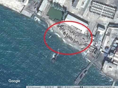 新浦市の浜に上げられた漁船(赤丸、画像:Google Map)