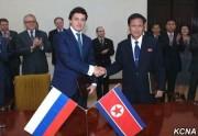 北朝鮮電力工業省の許沢次官(右)とロシアエネルギー省のアントン・イニュツィン次官