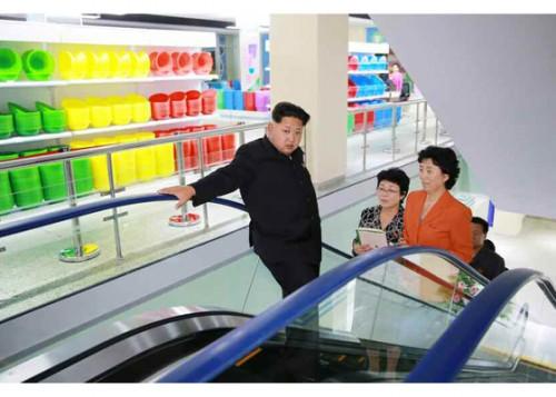 蒼光商店を現地指導に訪れた金正恩氏(画像:労働新聞)