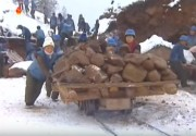 両江道の白頭山観光鉄道の工事現場。雪が降り続く中でも工事が続いていると伝えている(画像:朝鮮中央テレビ11月30日ニュースキャプチャー)
