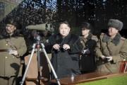 朝鮮人民軍の砲撃競技を視察する金正恩氏(2016年1月5日付労働新聞より)