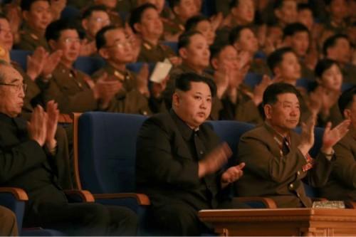 朝鮮人民軍軍楽団の創立70周年記念コンサートを鑑賞した金正恩氏(2016年2月23日付労働新聞より)
