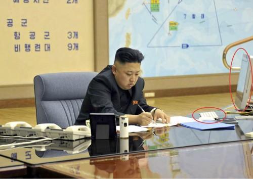 2013年3月29日付労働新聞より。iMacの横でサインをする金正恩氏。