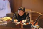 金正恩氏がミサイル発射命令を下す様子(2016年2月7日付け朝鮮中央通信より)