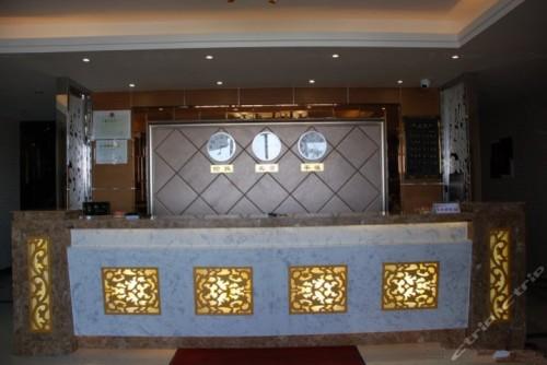 フロントの壁にかけられた平壌時間を指す時計(右)、(画像:Ctrip提供)