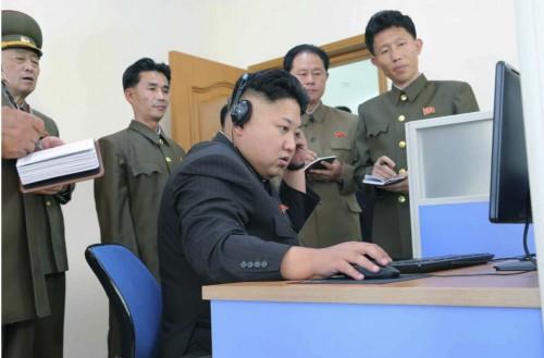 パソコンを操作する金正恩氏(資料写真)