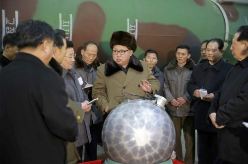 核兵器事業を指導する金正恩氏(2016年3月9日付労働新聞より)