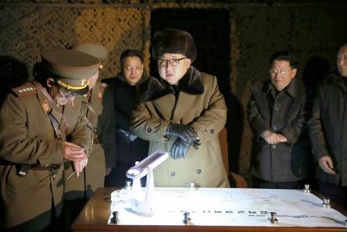 弾道ミサイル発射訓練を視察する金正恩氏(2016年3月11日付労働新聞より)