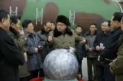 核兵器開発を現地指導する金正恩氏(2016年3月9日付労働新聞より)