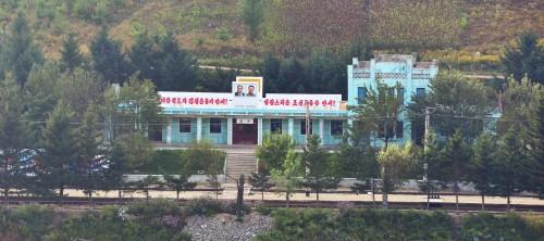 対岸の中国から見た三水駅。落書は駅舎の壁に掛けられた金日成氏の肖像画の下で見つかった。(画像:Wikipedia)