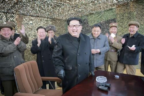 新型大口径放射砲試験発射を現地指導する金正恩氏(2016年3月4日付労働新聞より)