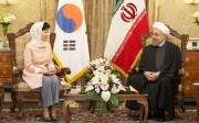 首脳会談を行う朴槿恵大統領とロウハニ大統領(韓国大統領府提供)