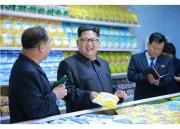穀物加工工場の製品を手に取り、満足げな表情の金正恩氏(2016年6月16日付労働新聞)